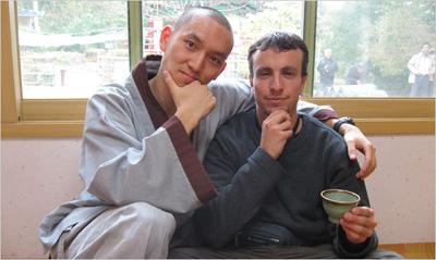 El monje budista Neung Pa y Mike Iskandar